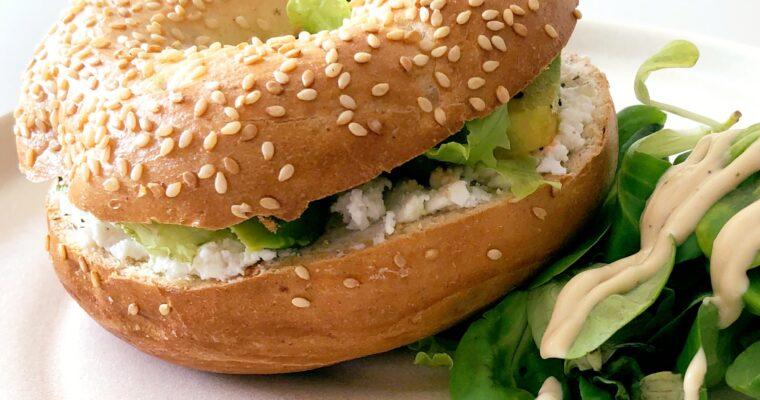 Volkoren bagel met ricotta & avocado